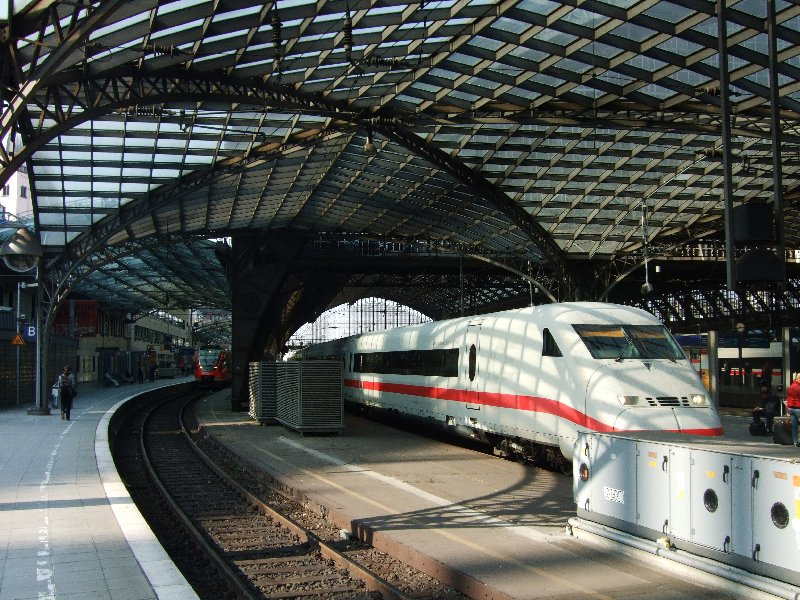 Die Ostausfahrt des Kölner Hauptbahnhofs führt in einer Kurve direkt auf die Dombrücke, die wie der Bahnhof in diesem Jahr seit 150 Jahren besteht.