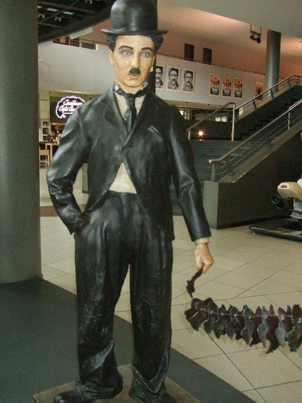 Charlie Chaplin begrüßt uns im ansonsten ungewohnt leeren Kinotempel