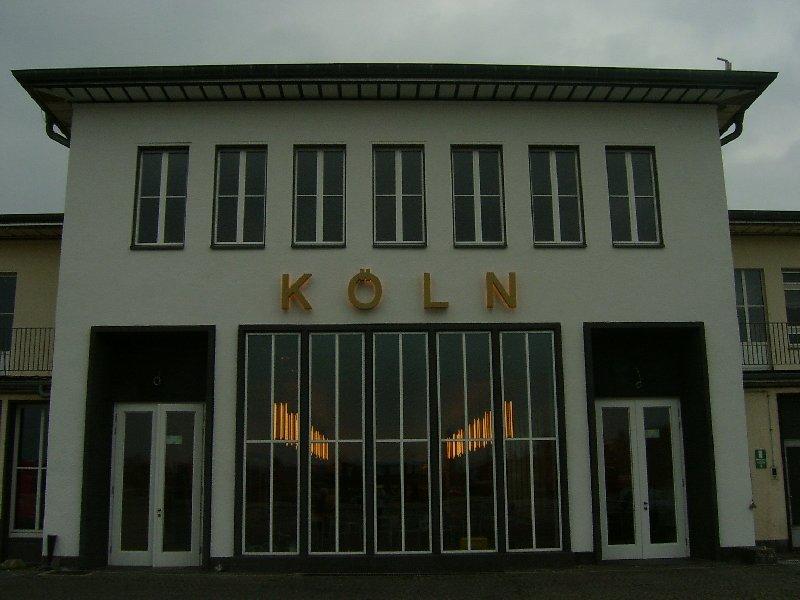 Der Eingang der Empfangshalle vom ehemaligen Rollfeld