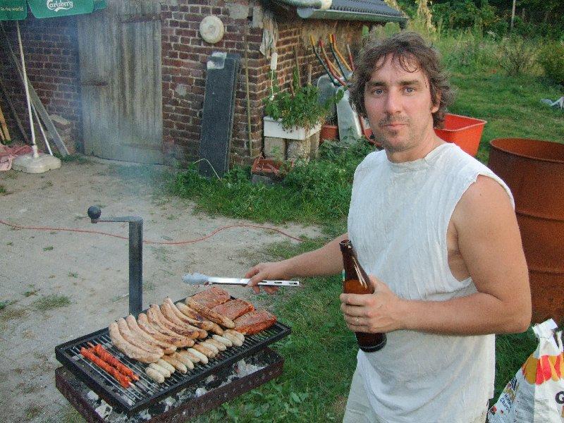 Herr Bitterwolf persönlich mit Radler am Grill.