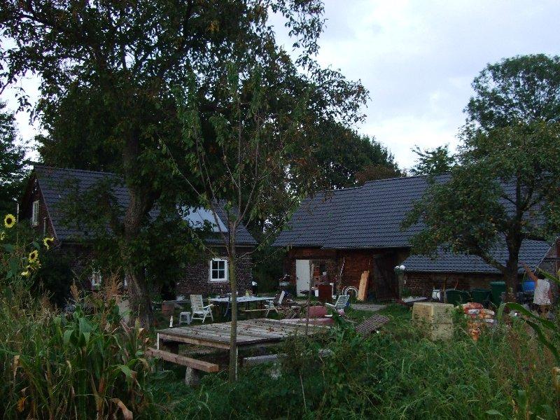 Haus und Scheune des abgelegenen Anwesens