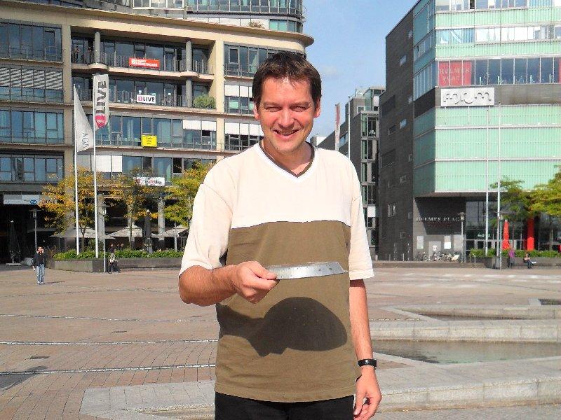 Jörg Benner wirft im Mediapark Köln ein original Frisbie Pie Tin