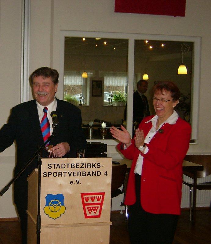 Waltraud Meyer-Gladbach bei einer Sportlehrung zusammen mit dem scheidenden Kölner Oberbürgermeister Fritz Schramma