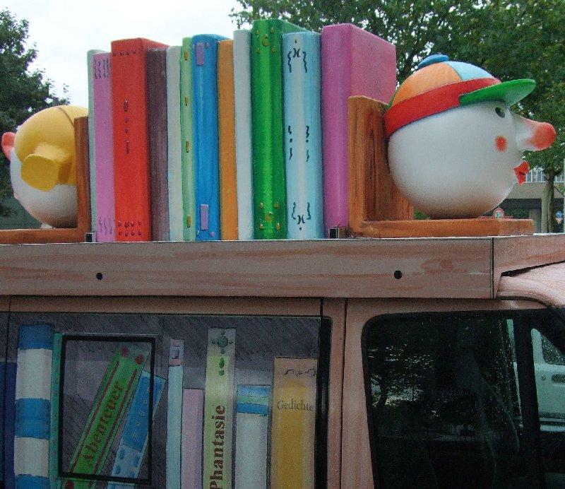 Bücher zwischen karnevalesken Buchhaltern? Kein Mottowagen, sondern der SKF-Vorlesebus!