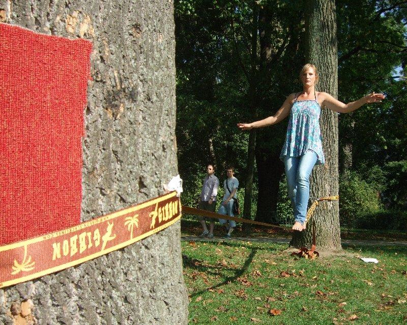 Shila Klemusch beim Slacken im Volksgarten Köln