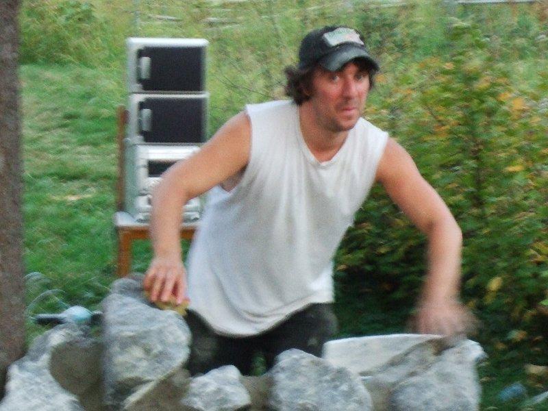Christian Bitterwolf scratcht auf seinen frisch gesetzten Natursteinen