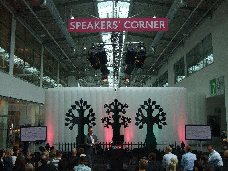Totale auf die Speakers Corner der dmexco mit einem Vorredner