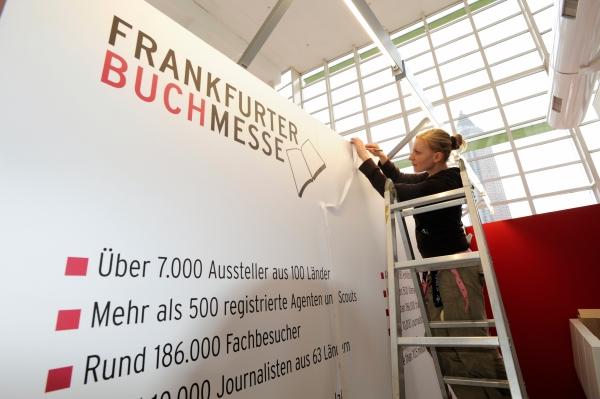 Aufbau des Infostandes der Frankfurter Buchmesse im Foyer der Halle 4, Foto: Peter Hirth