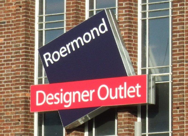 Logo des Designer-Outlets Roermond an einer Fassade