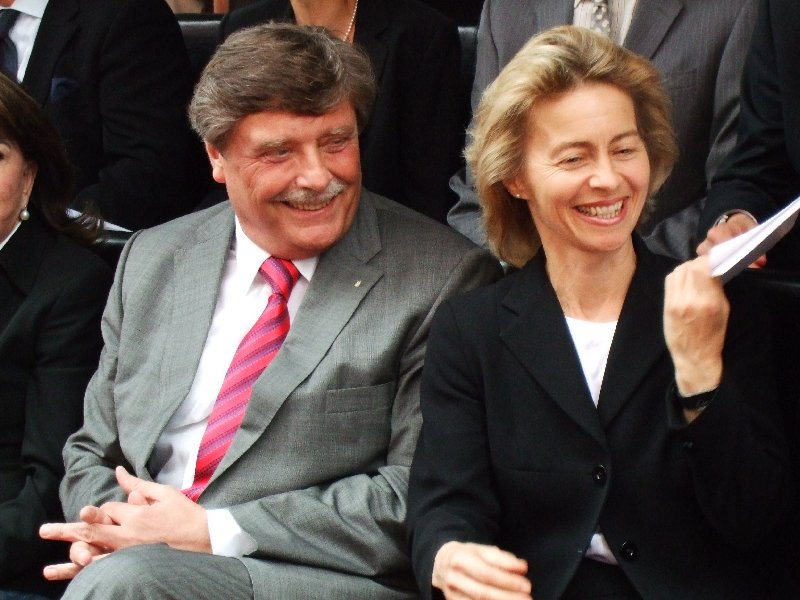 Der Schein trügt: Familienministerin van der Leyen erhält hier KEINEN Bestechungs-Scheck, bei der Einweihung des Elternhauses der Kinderklinik Amsterdamer Straße im April 2009