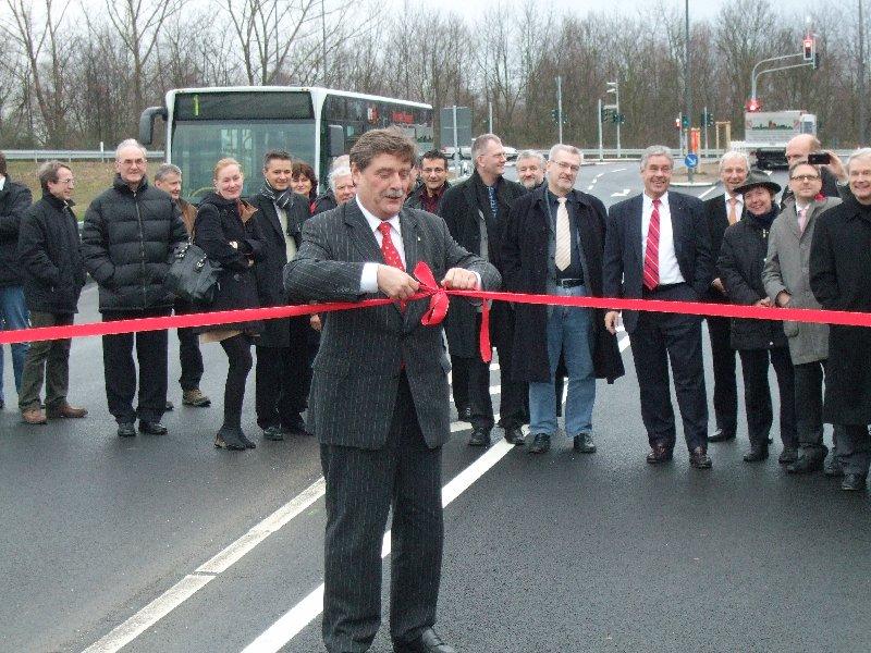 Fritz Schramma noch als Oberbürgermeister bei der Freigabe der neuen Verkehrswege im Industriegebiet Ossendorf im Dezember 2008