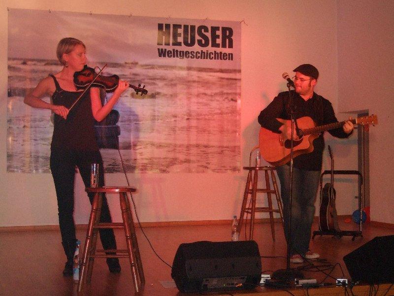 Björn Heuser und Karo Tiemann bei der Weltpremiere des Programms Weltgeschichten im Gemeindesaal Köln-Ehrenfeld
