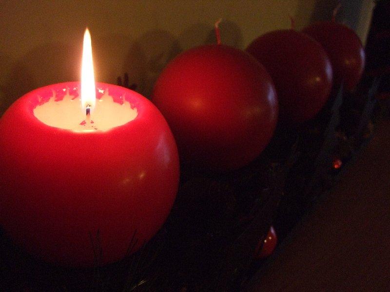 Die 1. Kerze auf dem modernen Adventskranz brennt