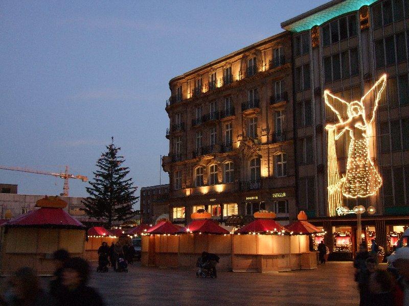 Der Weihnachtsmarkt auf der Domplatte entsteht, nebst Chopard-Engel