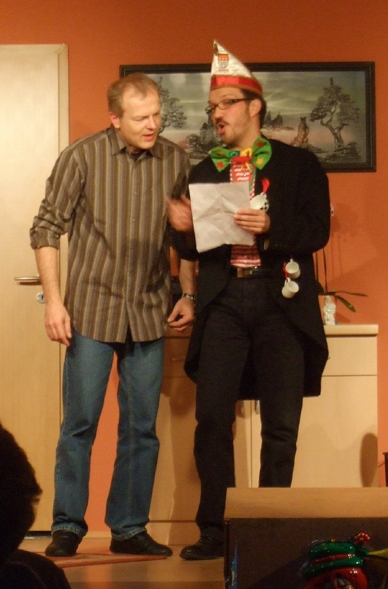 """Der erfolglose Karnevalstexter Bernd Fastnacht (Rolf Sperling, links) lässt sich auf einen Handel mit dem Literaten der KG """"Hoch die Tassen"""" Jupp Dedorf (Günter Küpper) ein."""