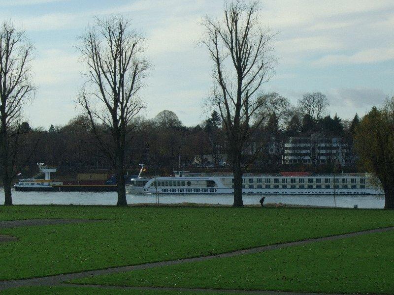 Zwei Schiffe begegnen sich auf dem Rhein bei Köln-Poll.