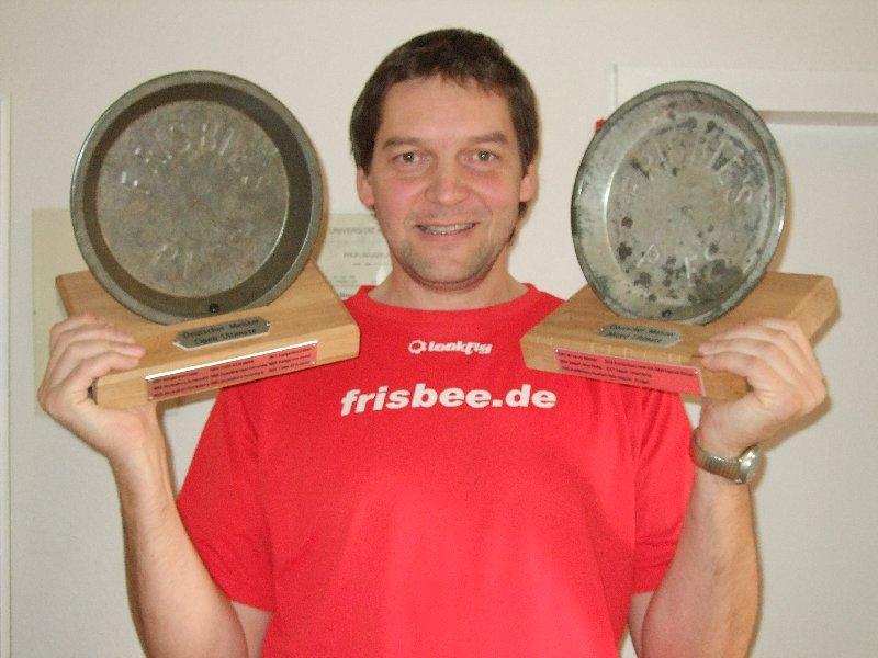 DFV-GF Jörg Benner mit den von ihm beauftragten neuen Ultimate-Meisterpokalen