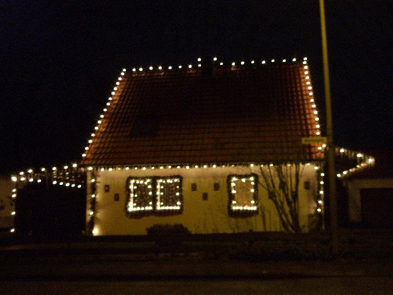 Weihnachtlich geschmücktes Hutzelhäuschen in Köln