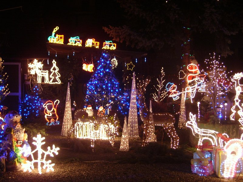 Etwas übertrieben weihnachtlich geschmückter Garten