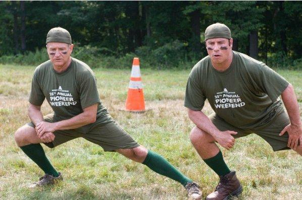 Robin Williams und John Travolta in Old Dogs beim Aufwärmen zum Ulitmate Frisbee, Quelle: imdb.com