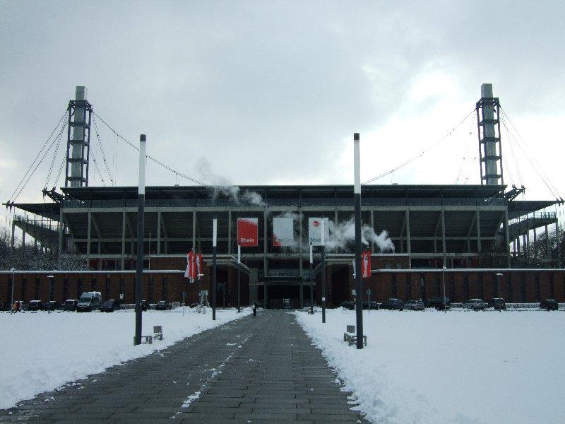 Das Kölner Sportamt vor dem Nordeingang des Rhein-Energie-Stadions