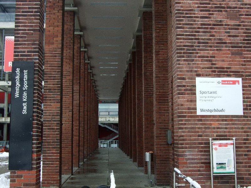 Eingang zum Westgebäude des Kölner Sportamts