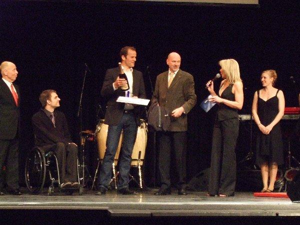 Max Hoff zwischen Konkurrenten, Sponsor und Moderatorin bei der Wahl zum Kölner Sportler 2009