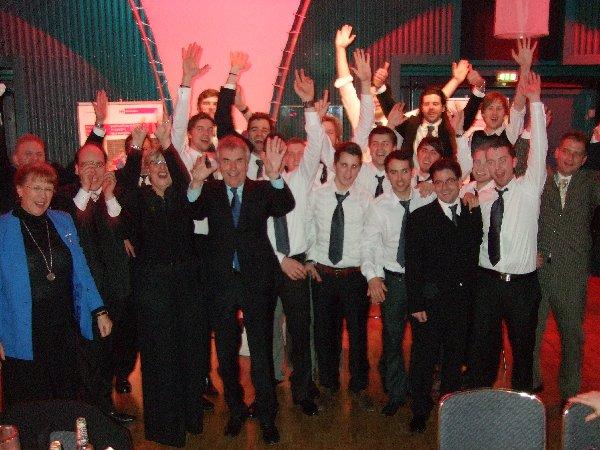 Gruppenbild des feiernden HC Köln-West mit Oberbürgermeister Jürgen Roters
