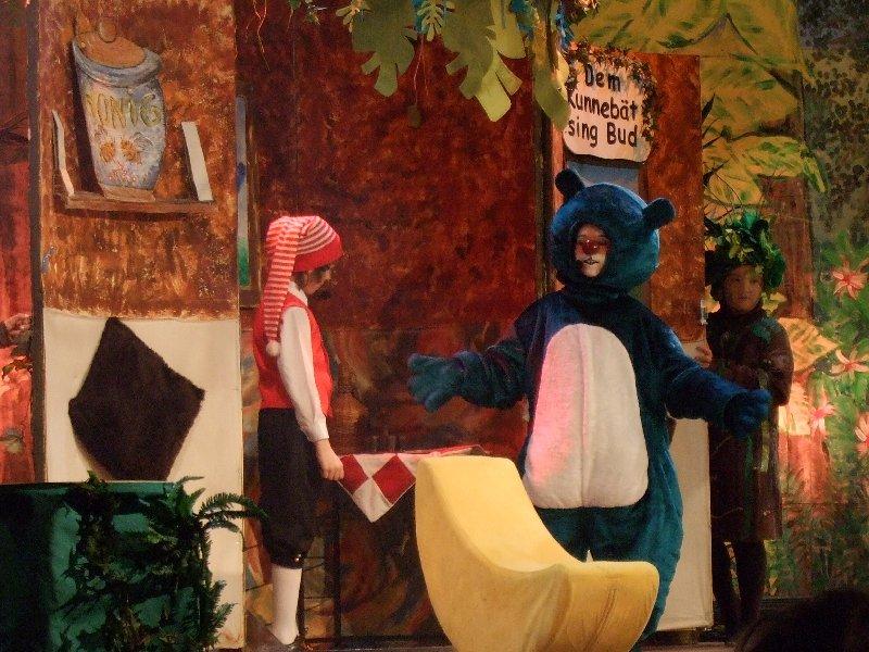 Der gemütliche Bär Kunnebät (Jennifer Krah) freundet sich mit dem Hänneschen an