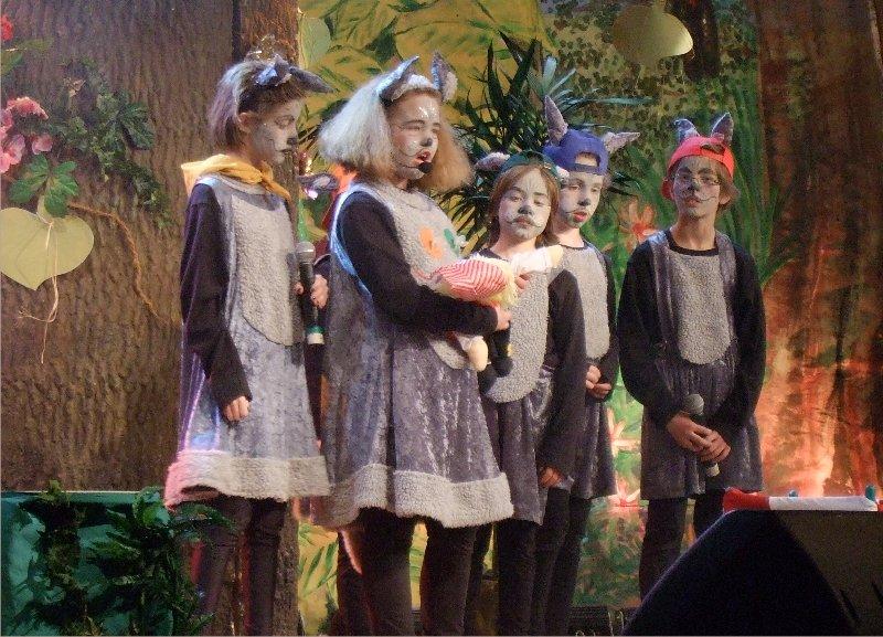"""Die Wolfsmutter Soffi (Svea Hill) nimmt das Findelkind aus dem Dschungel """"hinger Kölle"""" auf"""