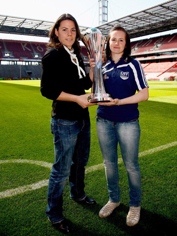 Die Torfrau des FCR Duisburg Ursula Holl (links) und die Verteidigerin des USV Jena Melanie Groll legen probehalber Hand an den Pokal: Foto: Lioba Schneider/DFB