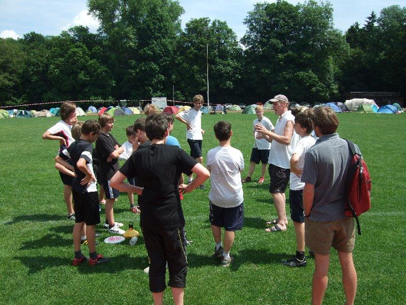 Frühsport-Nachwuchstrainer Jürgen Hauf zwischen Spielern aus Köln und Aachen beim DDC 2010