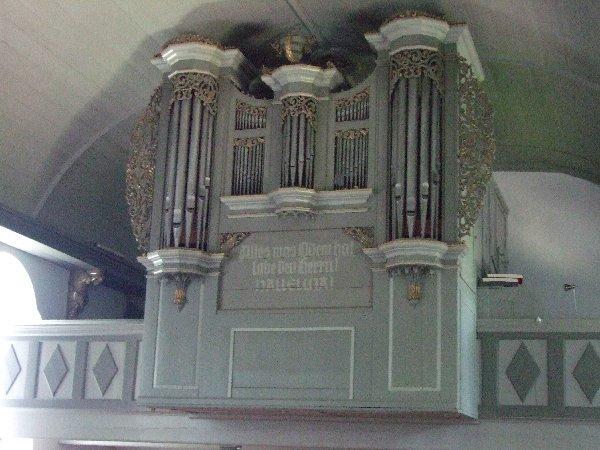 Ansicht der Grotegaster Orgel, auf der rechten Seite sitzt der Organist