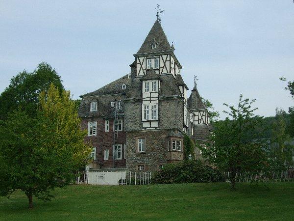 Starßenansicht des Hauptgebäudes von Schloss Gevelinghausen