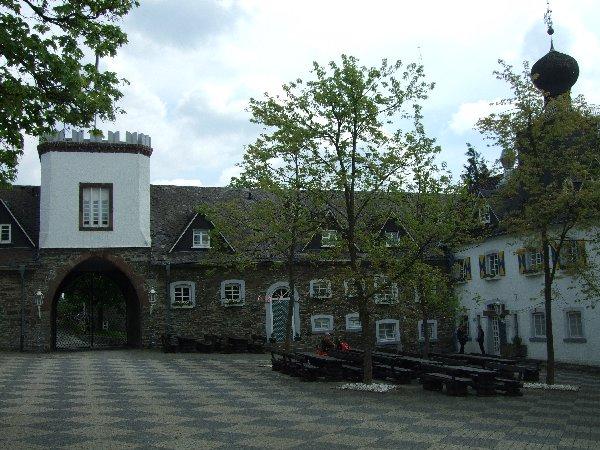 Innenhof der historischen Gebäudeanlage von Schloss Gevelinghausen
