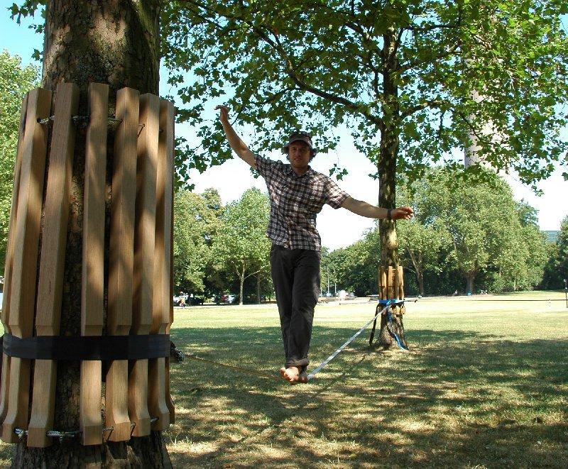 Andreas Thomann von der Deutschen Sporthochschule Köln demonstriert den Schutz durch Holzmanschetten beim Slacklining. Foto: Jonathan Groß