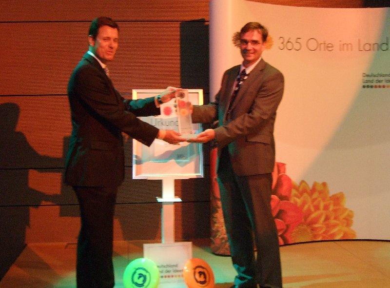 Übergabe der Auszeichnung  von Axel Hepelmann, Deutsche Bank Heilbronn, an DFV-Präsident Volker Schlechter