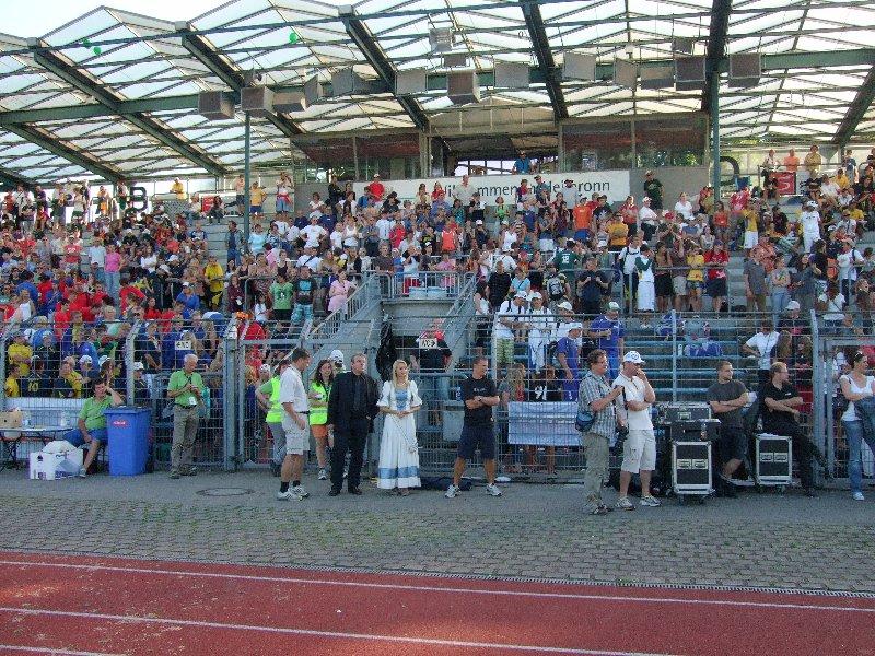 Die Tribüne des Frankenstadions mit DFV-Präsident Volker Schlechter, Bürgermeister Hayek und dem Käthchen