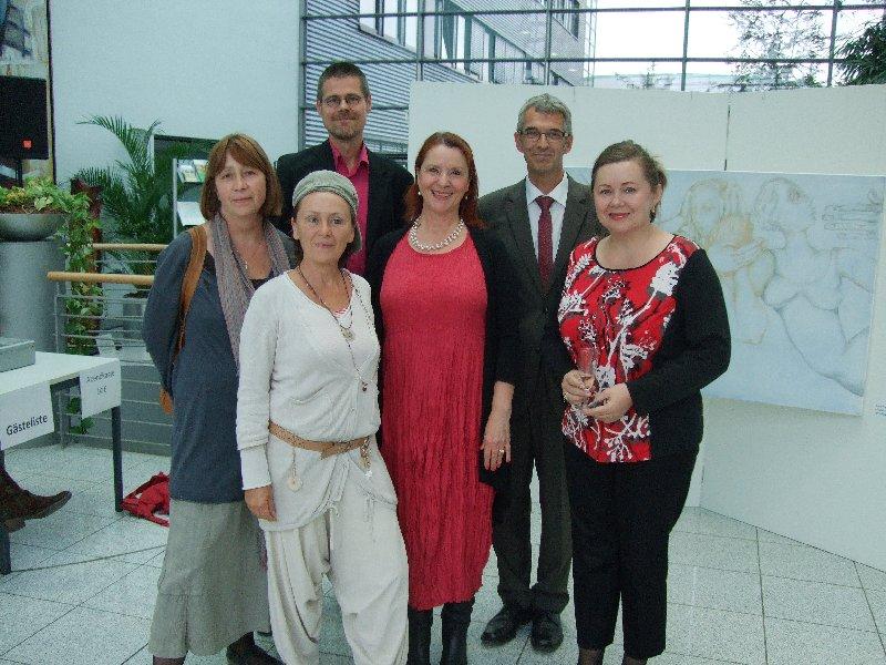 "Gruppenbild bei der Ausstellungseröffnung ""Chorweiler Perspektiven"" mit AVG-Geschäftsführer Andreas Freund"