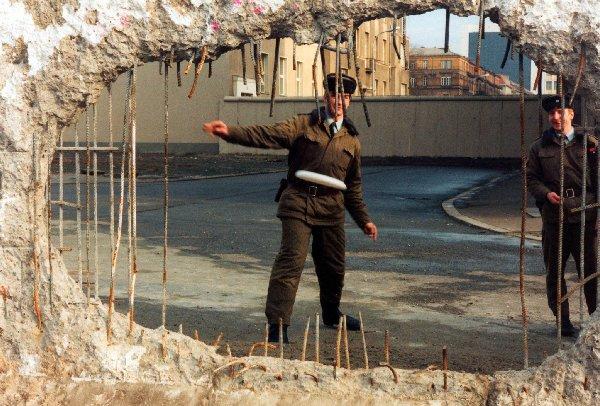 Der Frisbeewurf durch die Mauer, Foto: Ralf Dentzer