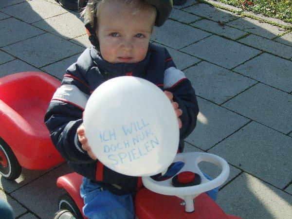 4)Kleiner Mann – was nun? Die Anwohner des Quartiers am Butzweilerhof demonstrierten für einen Spielplatz in dem jungen Veedel.