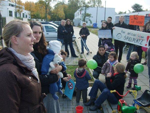 2)Antje Weinz (l.) und Barbara Heller fassten vor der versammelten Anwohnerschaft den Stand der Dinge zusammen