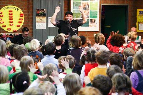 Der kölsche Musiker Björn Heuser liest Kindern vor