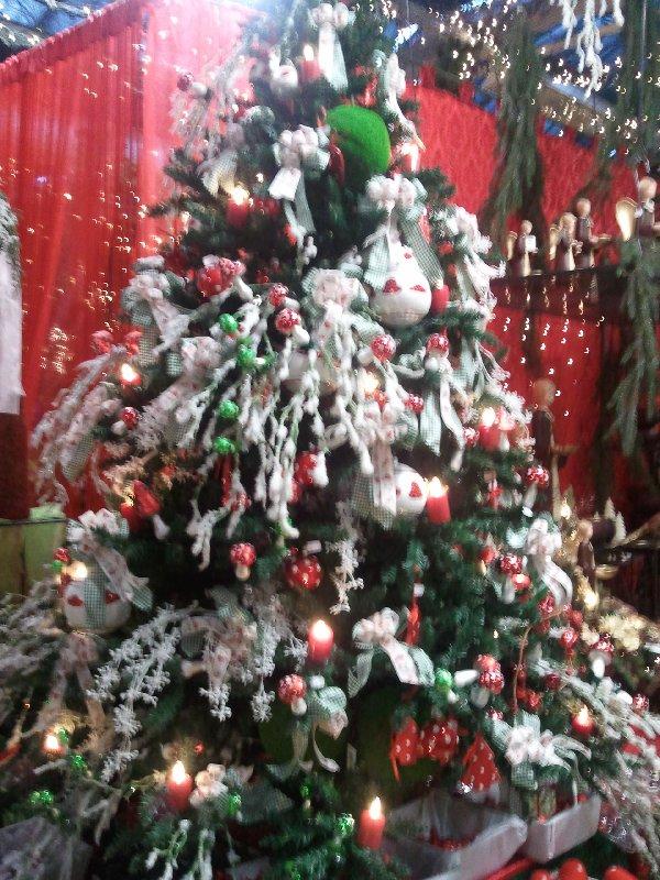 Ein Weihnachtsbaum im Kölner Gartencenter Dingers, bezeichnet als getupfte Torte