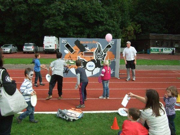 Die DFV-Wurfwand im Einsatz beim AOK-Gesundheitstag beim ASV Köln