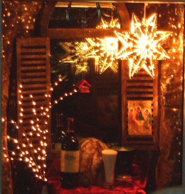 Das erste Fenster des Adventskalenders Mauenheim stellt Brot, Milch und Wein sowie das Kind in der Krippe dar