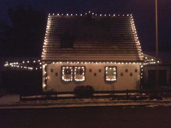 Weihnachtliches Hutzelhäuschen im Dunkeln