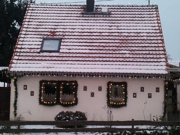Weihnachtliches Hutzelhäuschen im Hellen