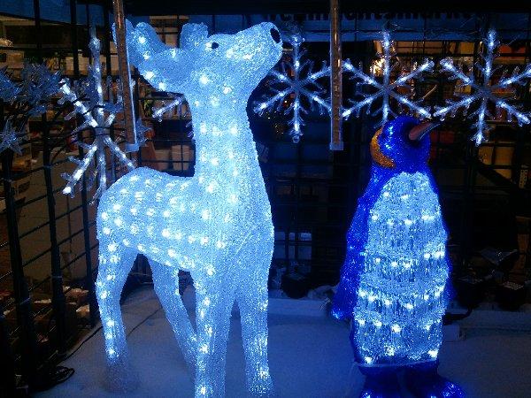 Leucht-Reh und -Pinguin im Max Bahr-Baumarkt