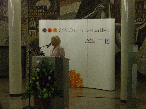 """Bürgermeisterin Elfi Scho-Antwerpes bei ihrem Grußwort zur Kölner """"Orte""""-Ausstellung"""